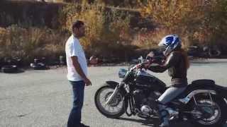 Первый урок девушки на мотоцикле мотошкола The Riders