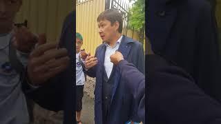 Сапар Исаков вышел с допроса