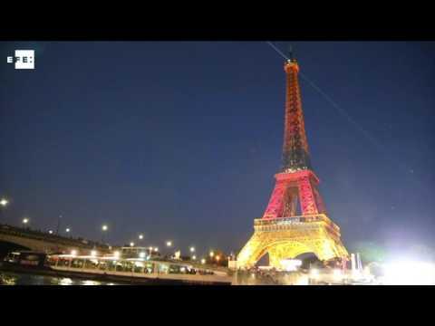 La torre eiffel se ilumina con los colores de la bandera for Cuando se construyo la torre eiffel