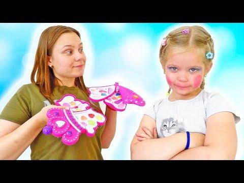 Лера учится пользоваться новой детской косметикой