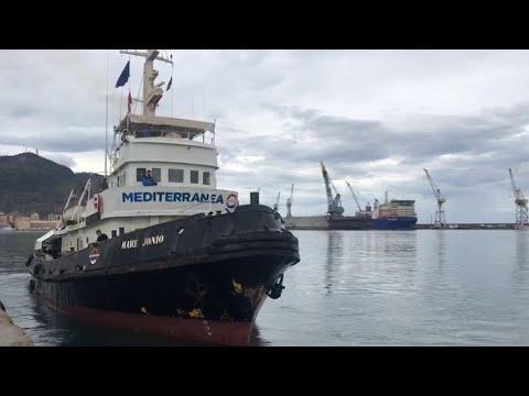 Migranti, al via la seconda missione della Mare Jonio: i saluti al Porto di Palermo