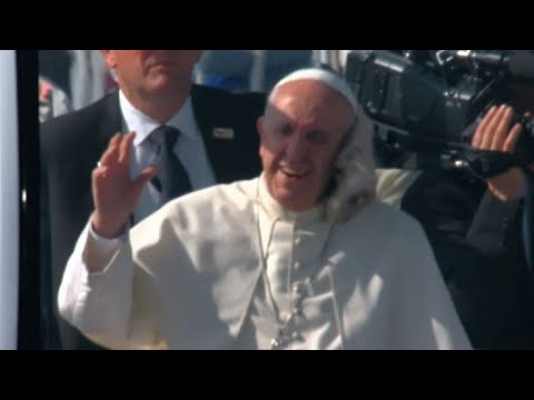Le pape ciblé par un jet de chapeau au Chili