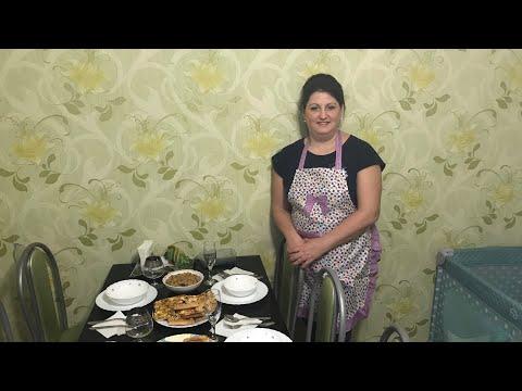 4 блюда: пицца с копчёной курицей и ананасами; сырный суп; сосиски в блинчиках, закуска с грибами