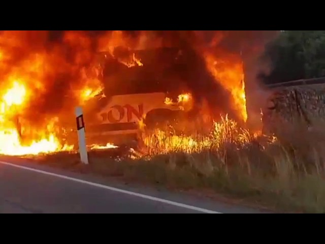 Vehículo ardiendo en la carretera SA-201