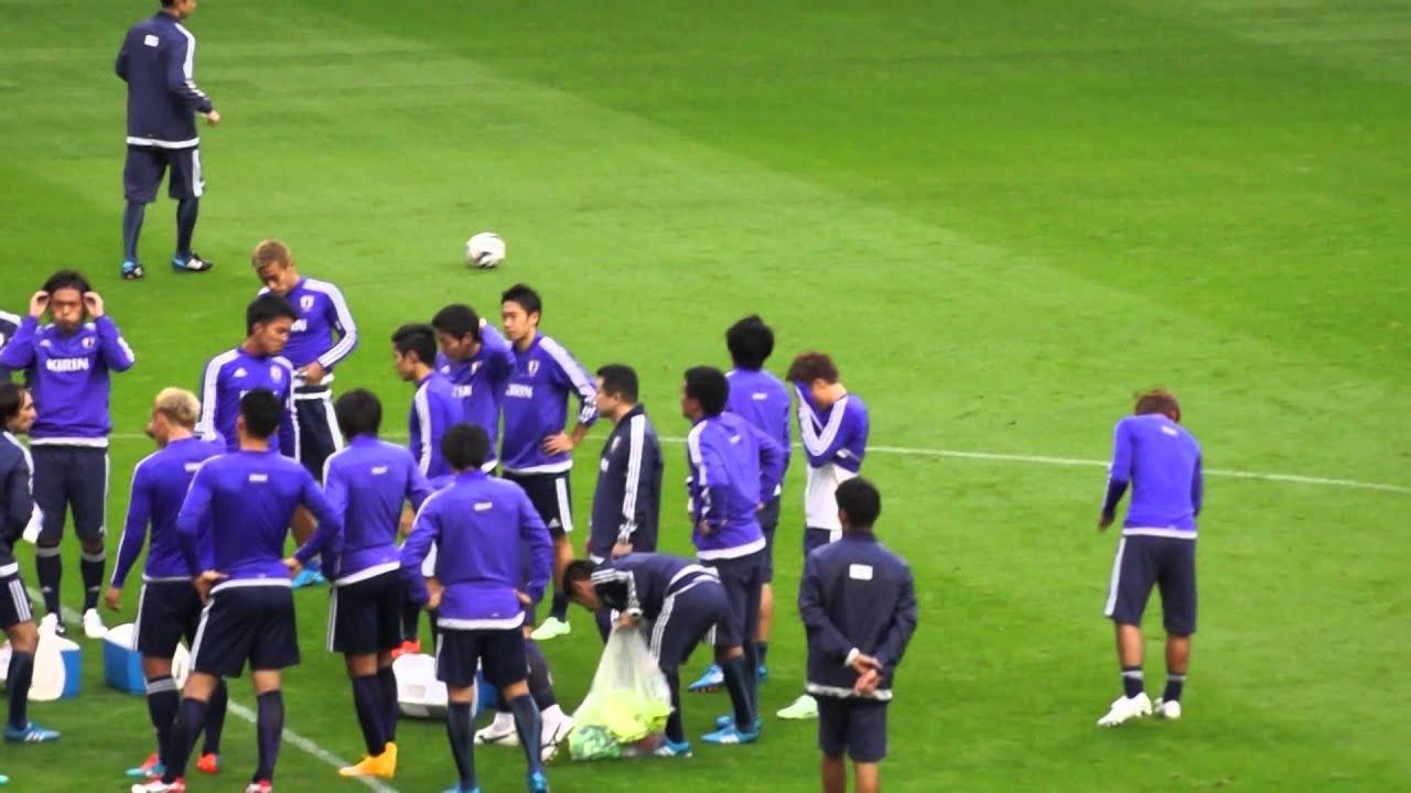 サッカー日本代表公開練習11月12日 ビブスを脱ぎ捨てる内田篤人 Youtube