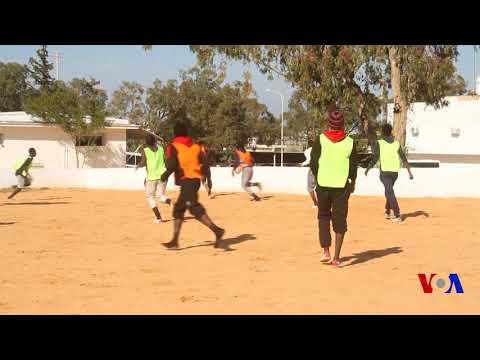 """En Libye, un """"choc de Lions"""" dans un centre pour migrants (vidéo)"""