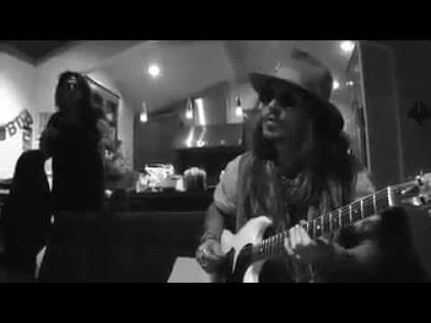 JOHNNY DEPP PLAYING AWESOMELY!! IN GUITAR SOLO (WITH ALICE COOPER)
