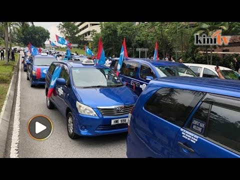 Taxi drivers turns up outside Istana Negara to show support for Anwar