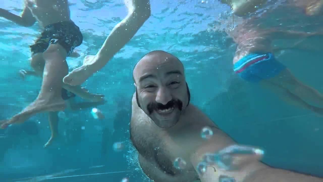 Мужик получает по голове под водой \ hard kicks under water   vine