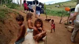 Retorno a casa da família que comia ratos na Paraíba um ano depois