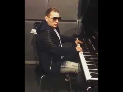 Scott Storch Playing Some Of His Mega hits  On The Piano