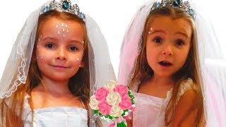 Девочки Ксюша и Арина наряжаются в платье невесты