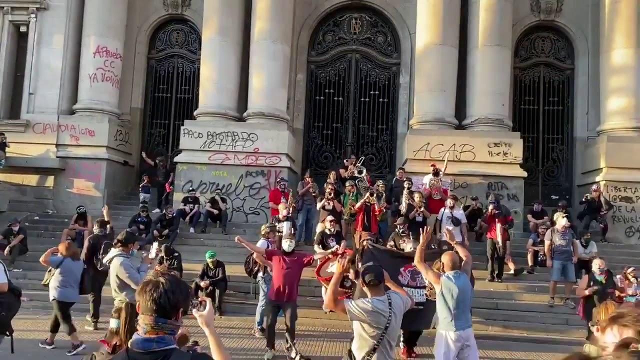 Manifestantes en Alameda, costado de Biblioteca Nacional, pidiendo la renuncia de Piñera