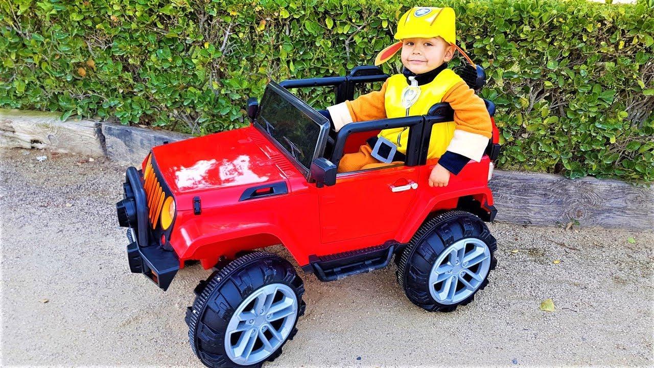 Дімі привезли нову машинку. Червоний джип / Діма і Машинки