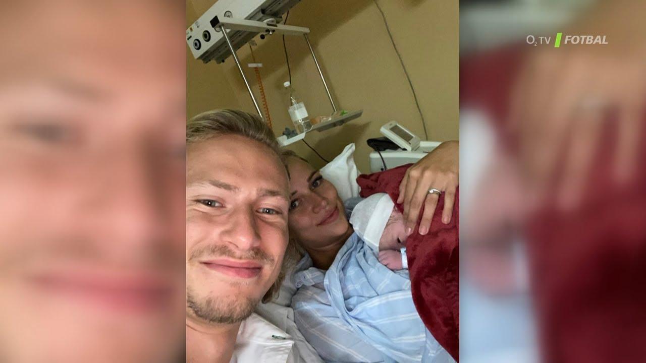 Barák odjel ze studia k porodu, syna představil v přímém přenosu