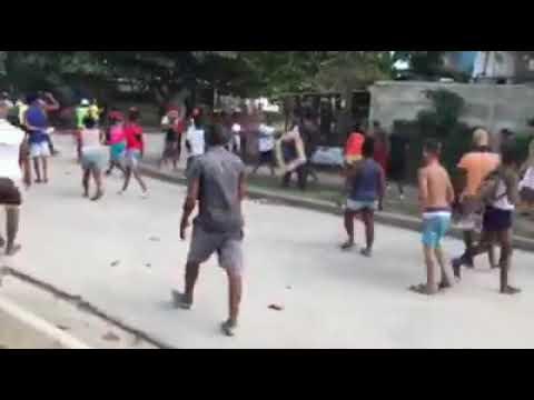 Gente se rebela contra policia en el Distrito Jose Marti, Santiago de cuba