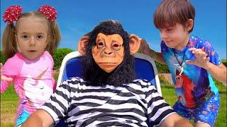 Anabella si Bogdan sunt suparati pe maimuta. Au disparut jucariile Swim in the Pool  Sketch
