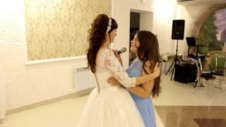 Младшая сестра поет на свадьбе