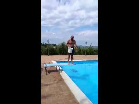 Secchiata d'acqua di Carlo Verdone per sostenere la ricerca sulla SLA, Ice Bucket Challenge
