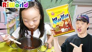 리원이의 아빠 몰래 뿌셔뿌셔 짜장면 주방놀이 장난감으로 요리놀이! Pororo Noodle eating