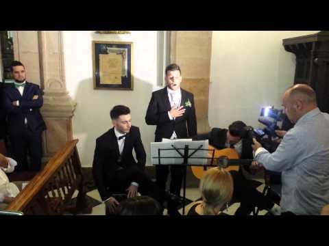 Antonio polo le canta a su hermana en su boda
