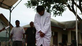 Casal homossexual recebe pena de 83 chibatadas em público na Indonésia