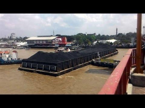 Ini yang Dilakukan Masyarakat Palembang saat Lihat Tongkang Tabrak Jembatan Ampera