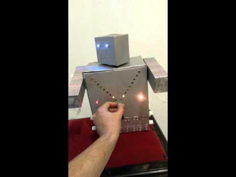 Robô Com Materiais Recicláveis E Leds Que Piscam Youtube