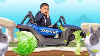 У машинки сломалось колесо  Дети чинят машину и прикручивают арбузные колеса