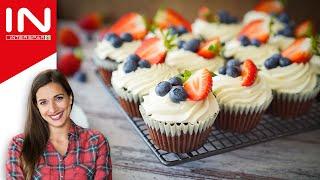 Sallys Cupcakes mit Erdbeerkern und Früchten