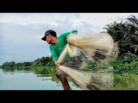Download Jala ikan di sungai pakai perahu setiap lempar jala pasti ada ikanya..!!!