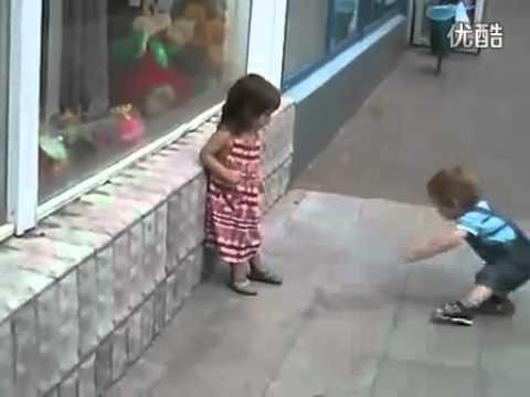 Ngộ nghĩnh trẻ thơ, bản lĩnh cua gái cực pro