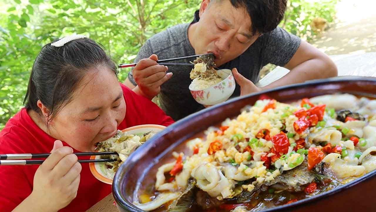 两口子比赛挖菜地,胖妹干活真不行,吃酸菜鱼倒是第一名,尴尬了!【陈说美食】