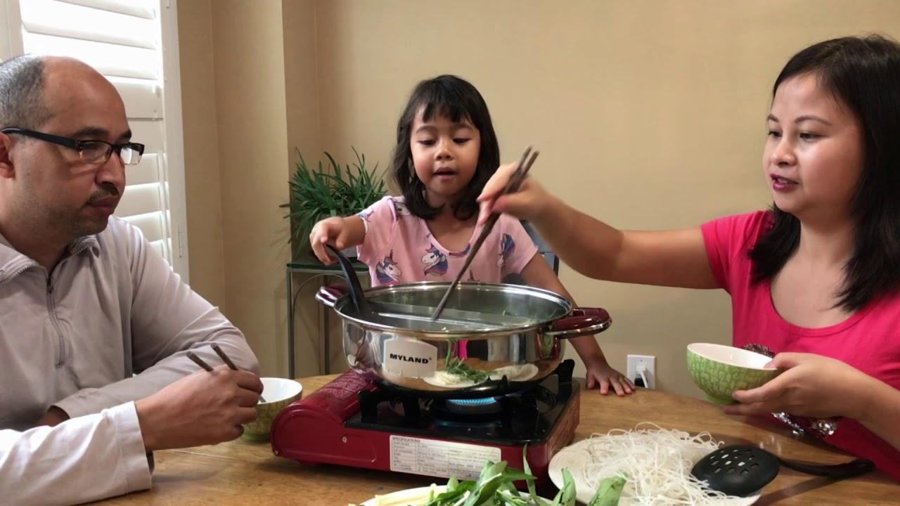 Vợ Việt Chồng Tây ăn lẩu đuôi bò hầm thuốc bắc ngon quá!