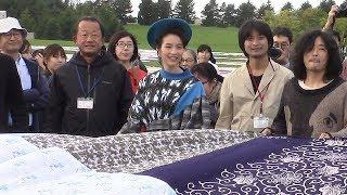札幌市のモエレ沼公園に9月30日、巨大な「風呂敷」が出現した。「札...