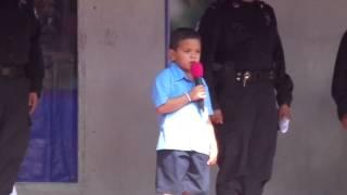 niño Cristopher recitando la oración a la bandera Salvadoreña.