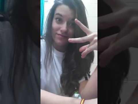 Chica hot en su ba o haciendo un video para el whatsapp for Chicas en el bano