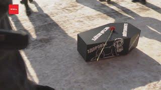 Красноярка прикатила к администрации гробик чтобы похоронить чистый воздух