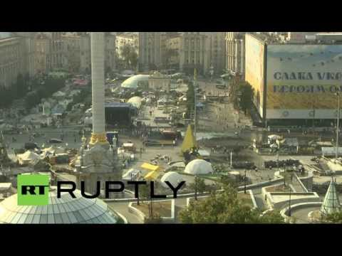 Разбор баррикад на Площади Независимости в Киеве