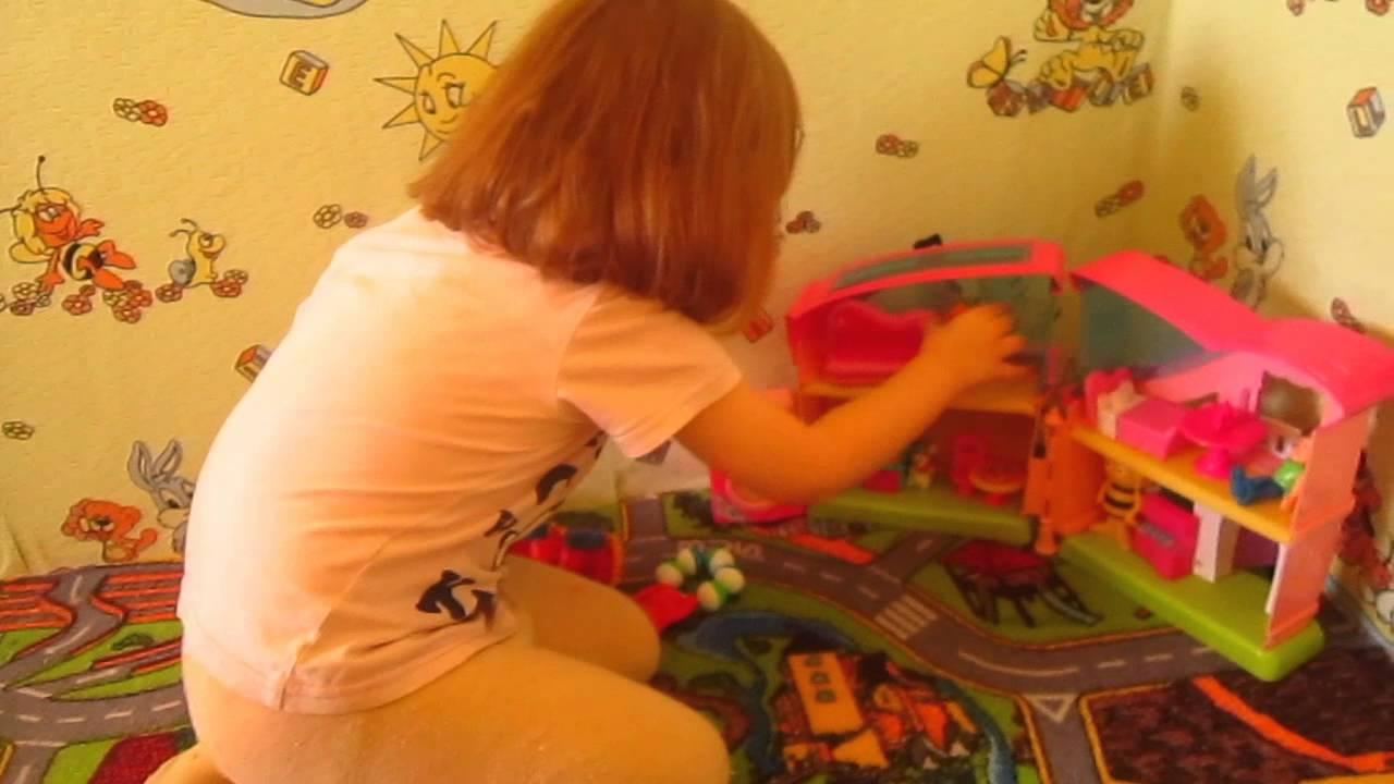 Девочка играется с киской фото 459-878