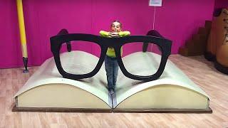 Маша в музее гигантских предметов для детей