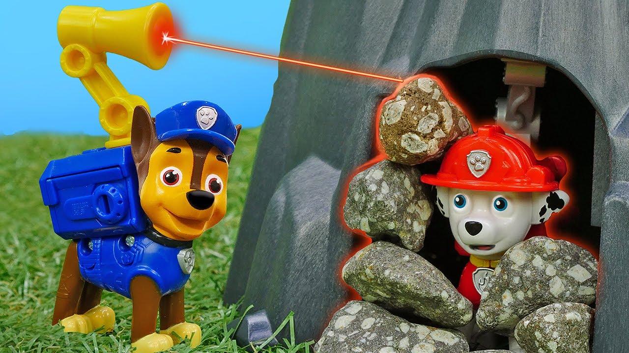 Marshall de la Pat Patrouille est couvert de pierres! Vidéo en français sur les jouets pour enfants