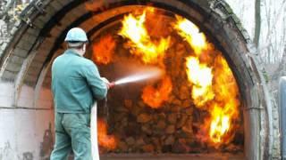Тушение огня вода и порошковый огнетушитель.(Что лучше, тушить пожар с пожарного гидранта водой или порошковым огнетушителем?, 2015-05-12T14:01:31.000Z)