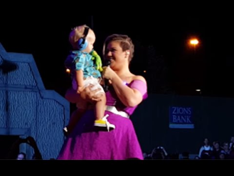 Kelly Clarkson Stops her Show to Hold Baby Boston