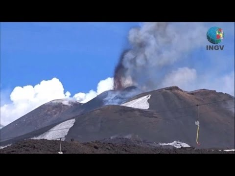 Diez heridos en una erupción del volcán italiano Etna