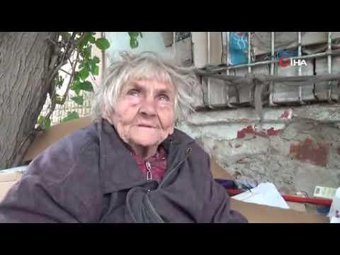 81 yaşındaki kadın kaldırımda yatıyor