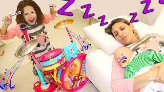 Valentina finge Brincar com instrumentos musicais e acorda a Mamãe