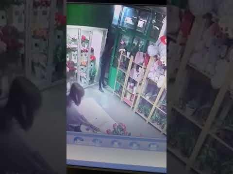 Двое грабителей напавших поздно ночью в Волгограде на продавцов цветочных павильонов попали на видео