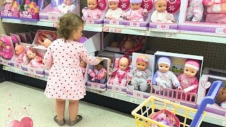 LITTLE GIRL DOING SHOPPING / TOYS