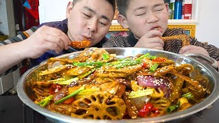 Xiao Yang sings hot eyes, 4 cats duck wings to remedy, the family enjoys it together